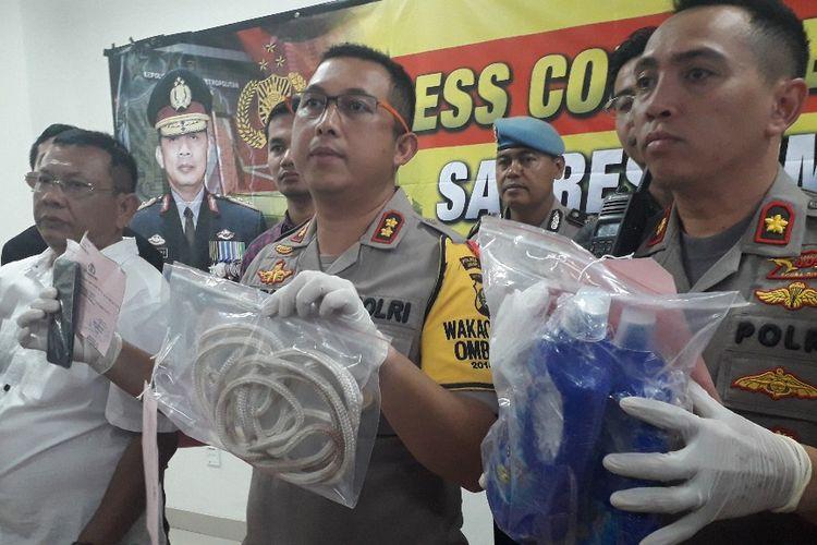 Wakapolres Metro Jakarta Pusat AKBP Arie Ardian menunjukkan barang bukti kasus pembunuhan IC dalam konferensi pers di Mapolres Metro Jakarta Pusat, Kamis (25/4/2019).