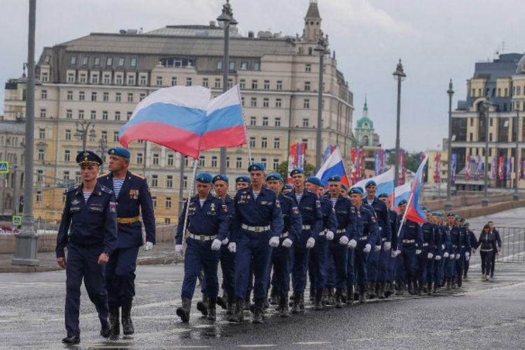 Barisan prajurit VDV (pasukan penerjun elite Rusia) berbaris menuju Red Square di pusat kota Moscow jelang perayaan Russia Day pada 12 Juni 2018.