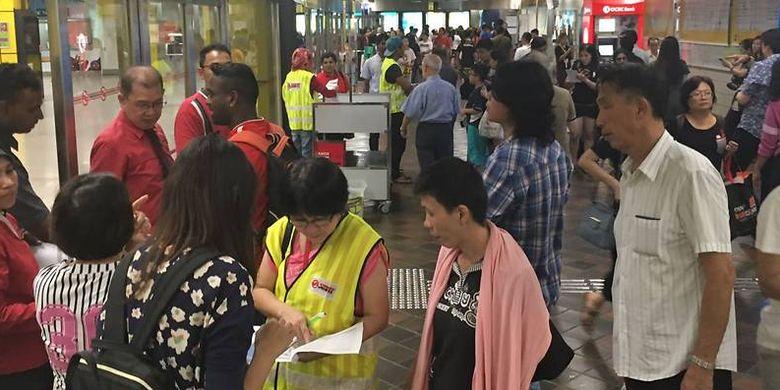 Suasana di Stasiun Toa Payoh setelah MRT Singapura berhenti operasi akibat banjir, Sabtu (7/10/2017).
