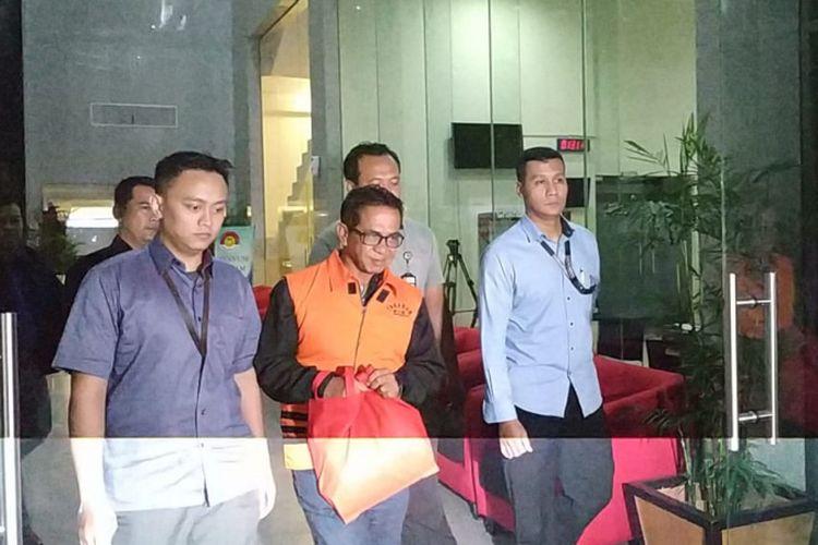 Komisi Pemberantasan Korupsi (KPK) resmi menahan Bupati Mesuji Khamami (mengenakan rompi tahanan) dan empat tersangka lain pada Kamis (24/1/2019). Mereka menjadi tersangka dalam kasus dugaan suap proyek infrastruktur.