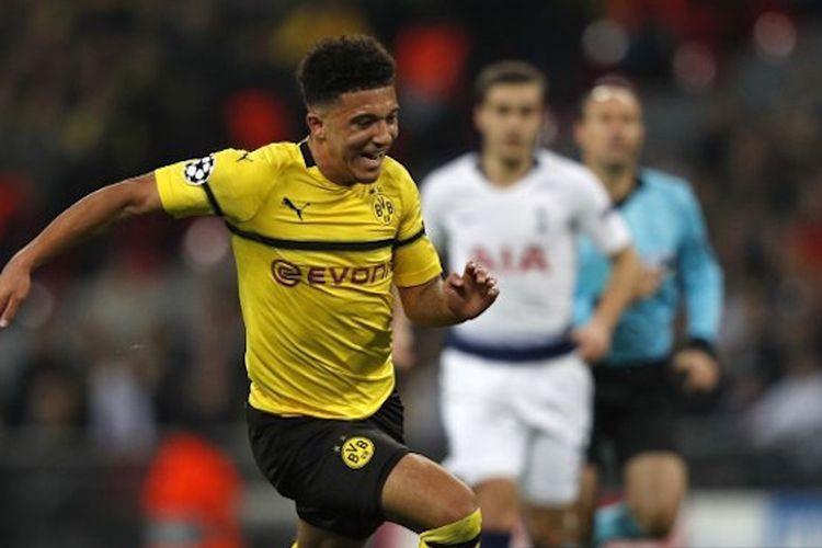 Jadon Sancho mencoba mengejar bola pada pertandingan Tottenham Hotspur vs Borussia Dortmund di Stadion Wembley dalam babak 16 besar Liga Champions, 13 Februari 2019.