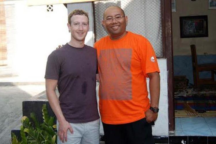 Mark Zuckerberg (kiri) dan Antonius Sasongko (kanan) di Kampung Cyber, Jogja, Minggu (12/10/2014).