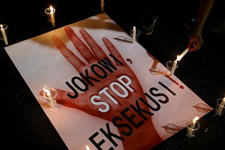 Aksi solidaritas yang tergabung dalam Lembaga Bantuan Hukum Masyarakat menyalakan 1000 lilin saat aksi damai di Depan Istana Negara, Jakarta, Kamis (28/7/2016). Aksi damai tersebut meminta agar pemerintah menghentikan pelaksanaan eksekusi mati terhadap keempat belas terpidana mati dari berbagai negara.