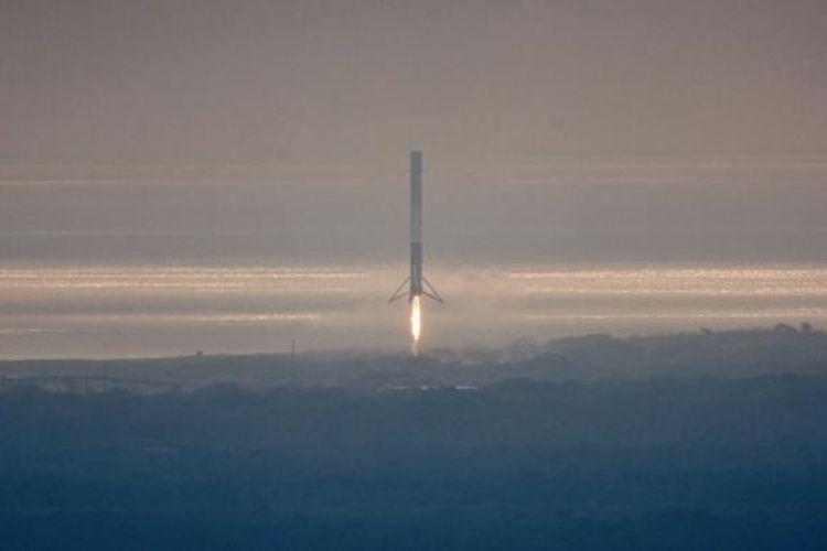 Fase pertama Falcon 9 mendekati landasan di Cape Canaveral, Floria, setelah membantu peluncuran Dragon pada Minggu (19/2/2017).