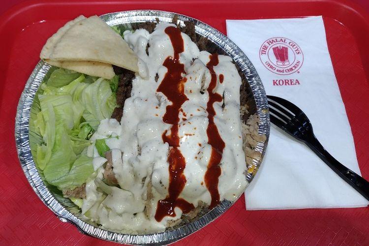 Salah satu menu yang disajikan di restoran waralaba The Halal Guys di Itaewon-dong di Seoul, Korea Selatan.