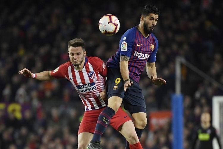 Luis Suarez dan Saul Niguez berduel memperebutkan bola pada pertandingan Barcelona vs Atletico Madrid dalam lanjutan La Liga Spanyol di Stadion Camp Nou, 6 April 2019.
