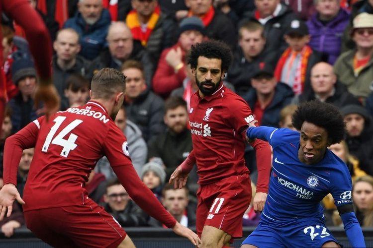 Gelandang Chelsea asal Brasil, Willian (kanan), berhadapan dengan gelandang Liverpool, Jordan Henderson (kiri) pada pertandingan Liverpool vs Chelsea dalam lanjutan Liga Inggris di Stadion Anfield, 14 April 2019.