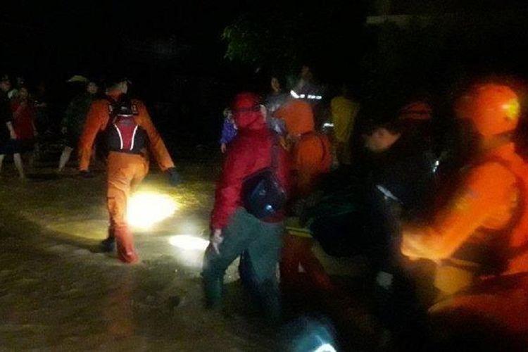 Basarnas Bandung tengah mengevakuasi seorang warga, di Komplek Jati Endah Regency, Kelurahan Jatiendah, Kecamatan Cilengkrang, Kabupaten Bandung, Jawa Barat, Minggu (9/2/2019).