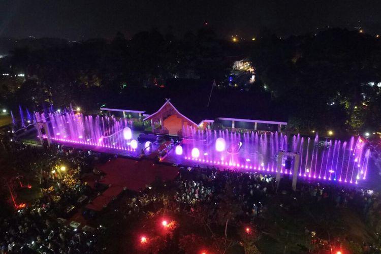 Pemerintah Kabupaten Purwakarta kembali membangun destinasi wisata air mancur menari yang terletak di alun-alun Kabupaten Purwakarta. Keindahan pencahayaan air mancur pada malam hari dilengkapi dengan backsound dari kelompok musik Emka 9.