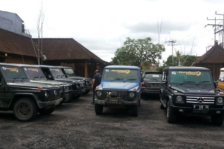 Sejumlah mobil Mercedes G-Wagen milik anggota komunitas Mercedes Jip Indonesia yang mengikuti turing di Banyuwangi dan Bali pada 8-12 Desember 2017.