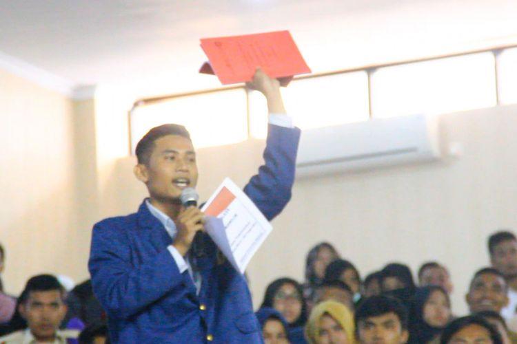 Ketua BEM Unram,  Liga Ayun Selatan menitipkan hasil kajian bersampul merah pada Presiden Jokowi. Hasil kajian tersebut dititipkan pada Kepala Staf Kepresidenan, Moeldoko, saat diskusi nasional Capaian Tiga Tahun Kepemimpinan Jokowi di Universitas Mataram, Jumat (9/3/2018).
