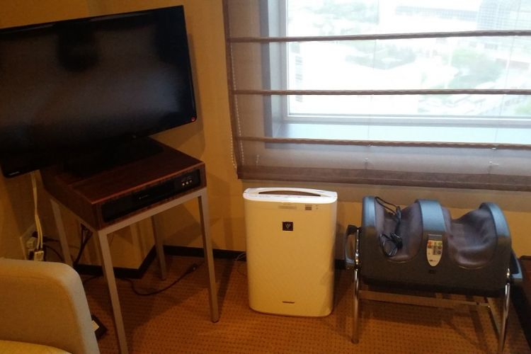 Alat elektronik pemijat kaki untuk membuat tubuh terasa lebih bugar yang disediakan bagi tamu di setiap kamar Urayasu Brighton Hotel Tokyo Bay.