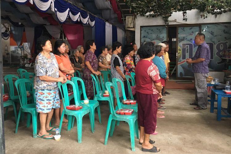 Para lansia yang hadir dalam acara bakti sosial, yang dilakukan jelang Imlek dengan membagikan angpao oleh Kelenteng Hok Lay Kiong, Kota Bekasi, Jawa Barat, Selasa (13/2/2018).