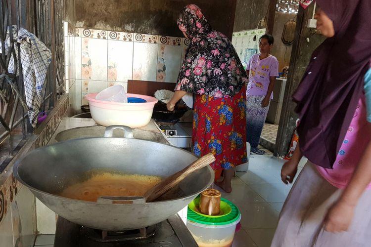 Pekerja mencetak Bu Grieng di Desa Paya Tengoeh, Kecamatan Simpang Keuramat, Kabupaten Aceh Utara, Aceh, Jumat (11/1/2019).