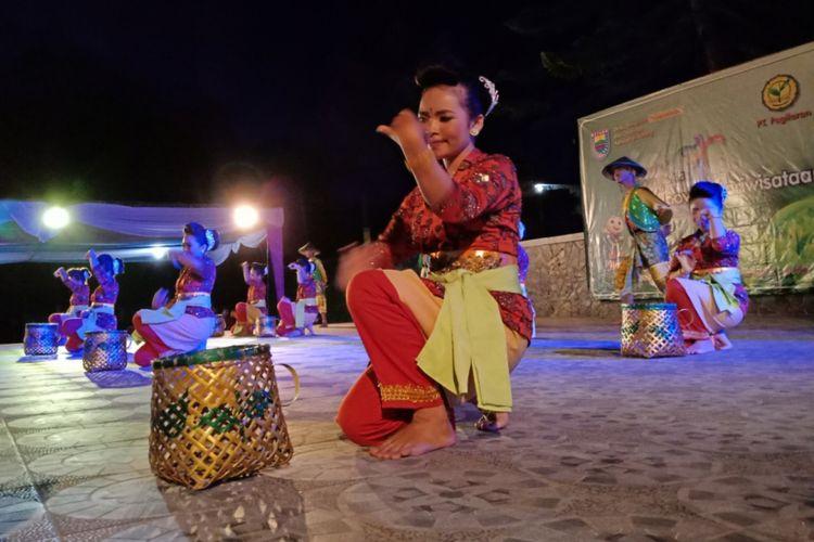 Tarian petik teh yang ditampilkan oleh masyarakat Pagilaran, Jawa Tengah pada wisatawan, Rabu (2/5/2018)