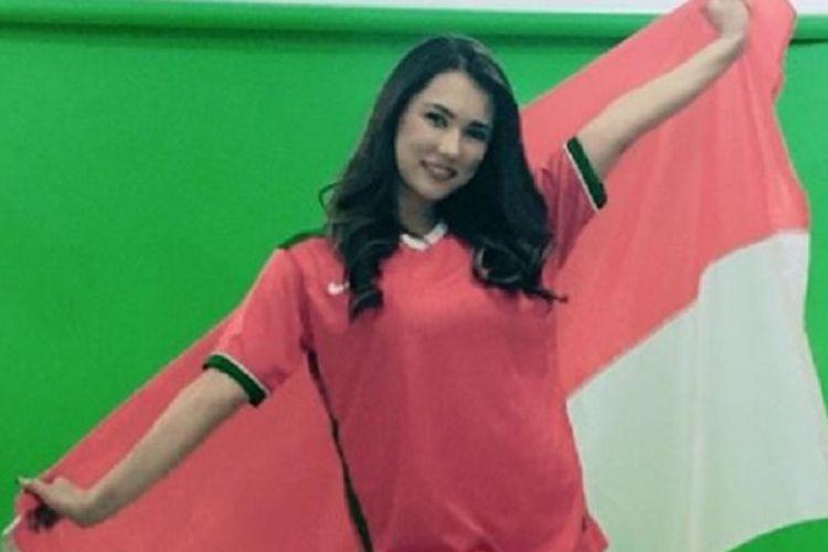 Maria Ozawa dengan kostum timnas Indonesia difoto untuk promosi Piala Dunia, Kamis (25/1/2018).