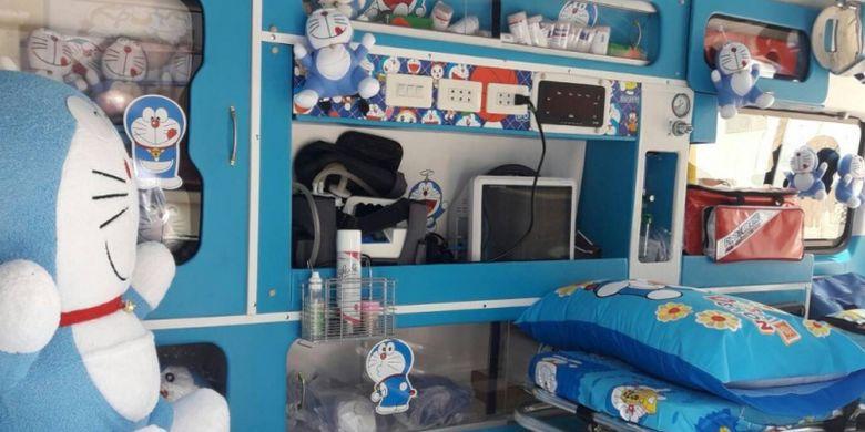 Ambulans dengan dekorasi Doraemon di Thailand