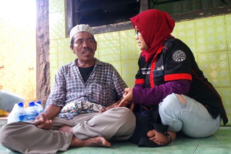 Amiruddin (kiri) berbincang dengan salah satu relawan dari komunitas pada situs jejaring sosial Info Lantas dan Kriminal Jombang (ILKJ), Jumat (18/1/2019). Perjalanan Amiruddin ke Banyuwangi akan dilanjutkan pada Sabtu pagi.