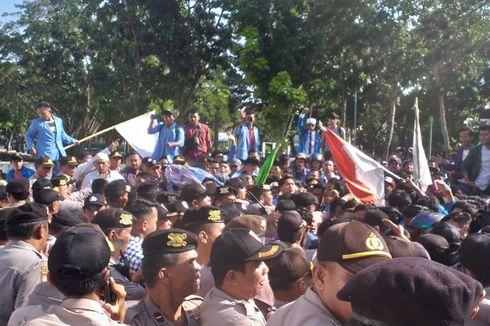 Peringati 21 Tahun Reformasi, Aksi Mahasiswa di Riau Sempat Ricuh karena Tak Dizinkan Masuk ke Gedung DPRD