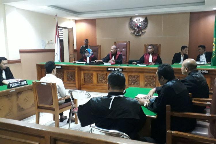 Suasana sidang lanjutan terdakwa kasus pembunuh satu keluarga di Bekasi, Harris Simamora di Pengadilan Negeri Bekasi, Rabu (24/4/2019).