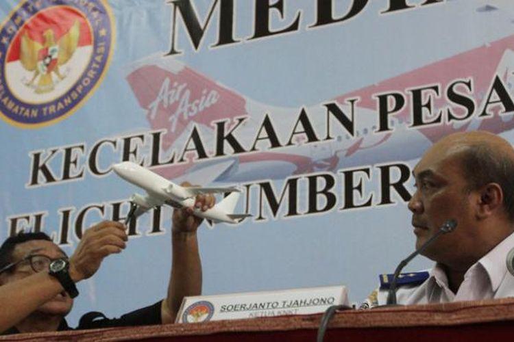 Investigator In Charge (IIC) Komisi Nasional Keselamatan Transportasi (KNKT) Mardjono Siswosuwarno (kiri) bersama Ketua KNKT Soerjanto Tjahjono menjelaskan kepada wartawan terkait hasil penyelidikan jatuhnya pesawat AirAsia QZ8501 dengan rute penerbangan Surabaya-Singapura pada 28 Desember 2014, di Jakarta, Selasa (1/12/2015).