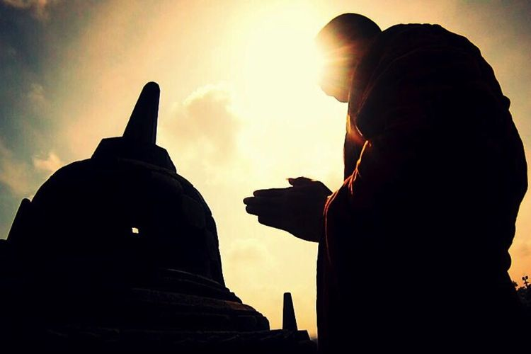 Bhikkhu Badraphalo saat berada di area Candi Borobudur