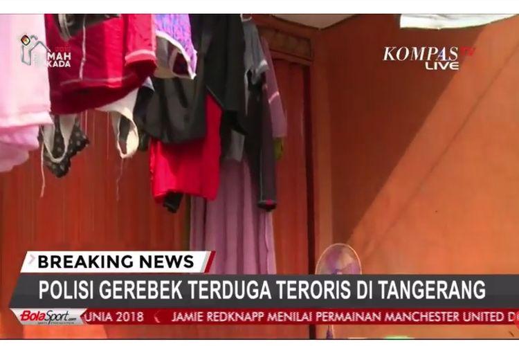 Kondisi di depan rumah tersangka teroris di Jalan Jalan Gempol, Kunciran, Pinang, Tangerang Kota, Rabu (16/5/2018).