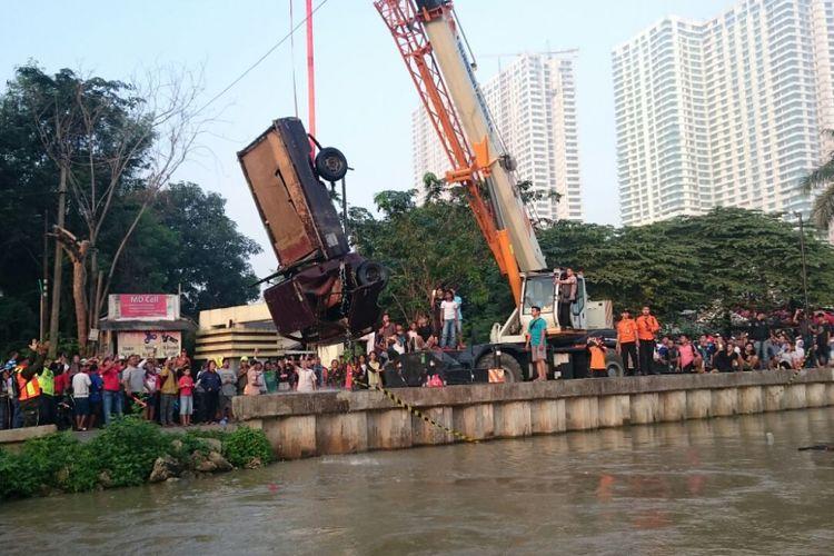 Proses evakuasi mobil pickup yang tercebur di Kalimalang, Bekasi, Sabtu (26/5/2018).