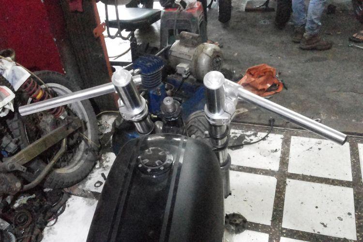 Model setang dari salah satu sepeda motor modifikasi bergaya retro caferacer di bengkel Clacustique, Depok, Senin (19/2/2018).