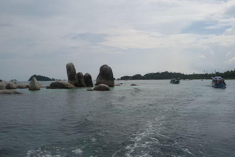Gugusan bebatuan granit saat kapal melintas menuju Pulau Lengkuas, Belitung.