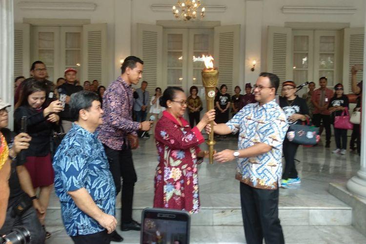 Gubernur DKI Jakarta Anies Baswedan menerima peserta kirab Obor Paskah Nasional 2019 di Gedung Balai Kota, Gambir, Jakarta Pusat pada Minggu (5/5/2019).