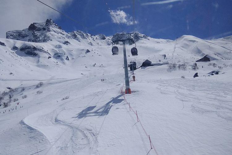 Pemandangan Pegunungan Alpen dilihat dari dalam gondola di Les Avanchers, Valmorel, Perancis, Selasa (11/4/2018). Pegunungan Alpen merupakan salah satu tujuan wisatawan dari belahan dunia untuk bermain ski.