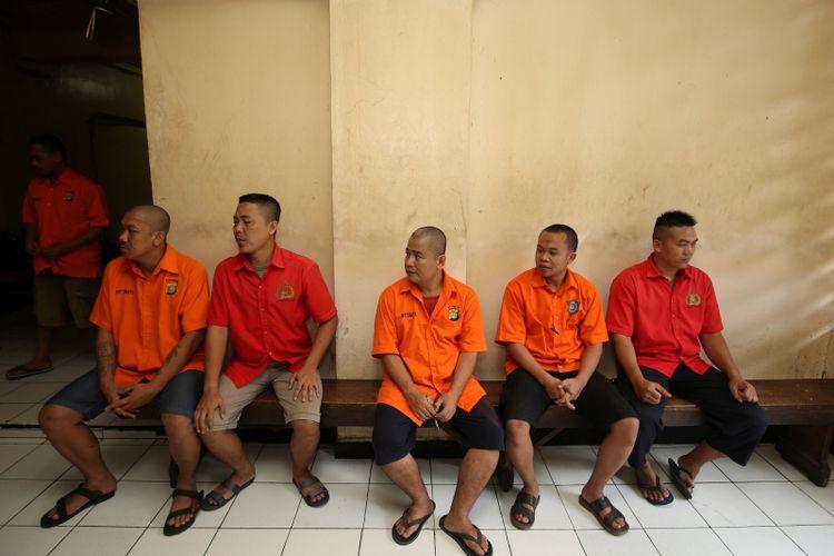 Tahanan penerima tamu saat jam besuk di rutan Markas Kepolisian Daerah Metro Jaya, Jakarta, Rabu (14/2/2018). Kondisi rutan terbesar di Indonesia ini memiliki fasilitas yang cukup nyaman bagi para tahanan.