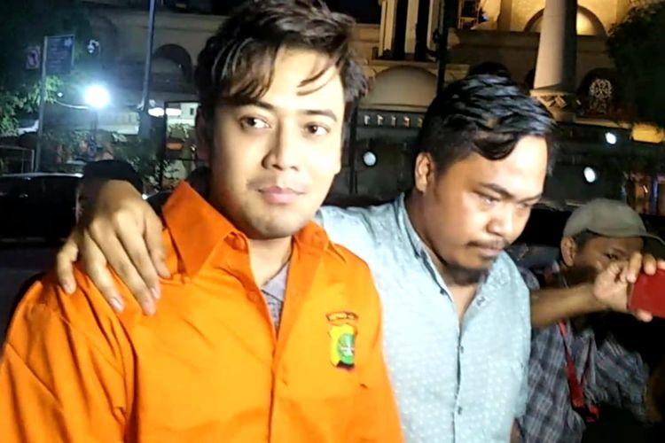 Artis peran Kriss Hatta saat dipindahkan dari Biddokes Polda Metro Jaya menuju Rumah Tahanan Polda Metro Jaya, Jakarta Selatan, Jumat (26/7/2019).