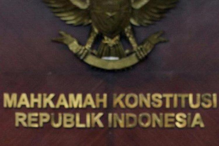 Ketua Mahkamah Konstitusi Mahfud MD menerima tokoh lintas agama yang tergabung dalam Indonesian Conference on Religion and Peace, di Gedung MK Jakarta, Senin (28/1/2013). Tokoh lintas agama tersebut mendatangi MK untuk menyikapi tentang pemaksaan mata pelajaran Agama Islam pada Sekolah Katolik di Blitar dan melaporkan dugaan pelanggaran konstitusi ke MK. TRIBUNNEWS/DANY PERMANA