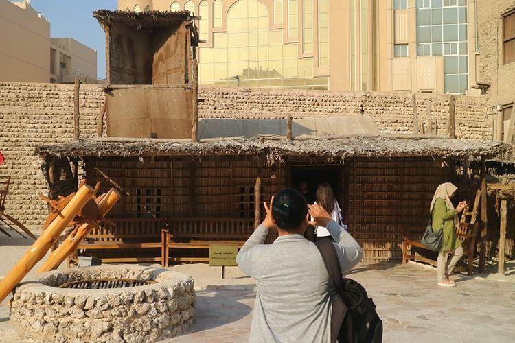 Wisatawan tengah memotret rumah Tradisional masyarakat Semanjung Arab yang menjadi koleksi Dubai Museum di Dubai, Uni Emirat Arab.