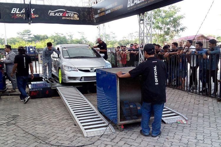 Salah satu peserta dyno test dalam Black Autobattle 2017 Pekanbaru, Sabtu (29/7/2017). Sedan Honda milik Teddy ini menembus 260 HP saat tes.