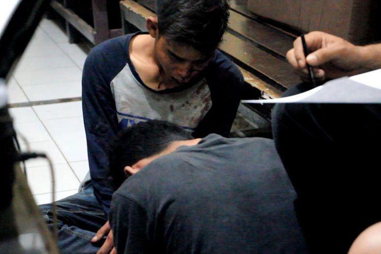 Polisi memeriksa dua pelaku jambret yang sempat diamuk warga di jalur alternatif pantura Cirebon, Jawa Barat, Senin malam (17/7/2017). Seorang perempuan yang menjadi korbannya pun mengalami luka setelah terlempar dari motornya yang ditendang pelaku.