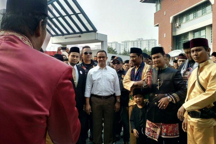 Gubernur DKI Jakarta terpilih, Anies Baswedan saat menghadiri   acara apel akbar sekaligus pelantikan pengurus Ormas yang menamakan diri Kebangkitan Jawara dan Pengacara atau disingkat Bang Japar se-DKI, Minggu (13/8/2017).