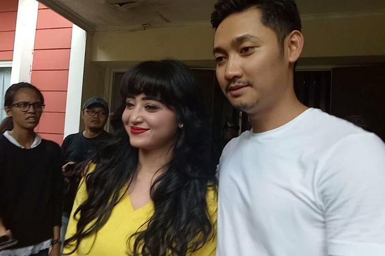 Dewi Perssik dan Angga Wijaya saat ditemui di lokasi shooting sinetron Ada Si Manis di Jembatan, di Studio Persari, Jagakarsa, Jakarta Selatan, Jumat (20/10/2017).