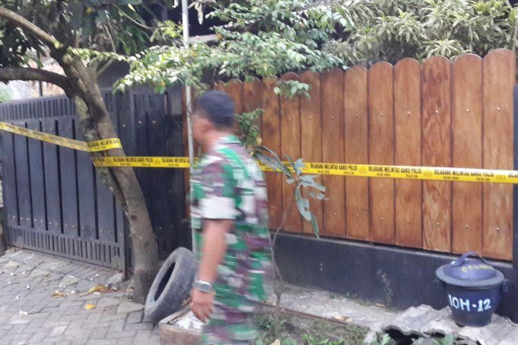 Salah satu rumah di Jalan Kapi Sraba XI Blok 10 H/12 Desa Mangliawan, Kecamatan Pakis, Kabupaten Malang yang digeledah terkait terduga teroris di Surabaya, Senin (14/5/2018).