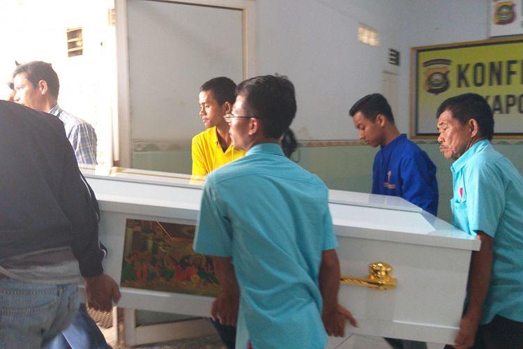 Peti jenazah keluarga FX Ong ketika berada di RS Bhayangkara Palembang usai menjalani otopsi, Kamis (25/10/2018). Setelah menjalani otopsi, empat jenazah itu akan dibawa ke rumah duka rumah sakit RK Charitas sebelum dikremasi.