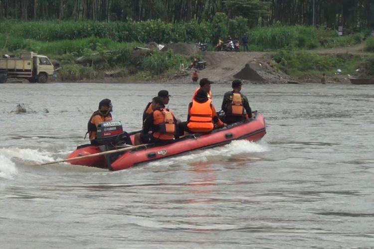 Tim gabungan dari Basarnas Pos SAR Trenggalek, TNI dan relawan, melakukan pencarian terhadap tiga orang tenggelam di sungai brantas desa Ngunut Kecamatan Ngunut Tulungagung Jawa Timur (28/01/2019)