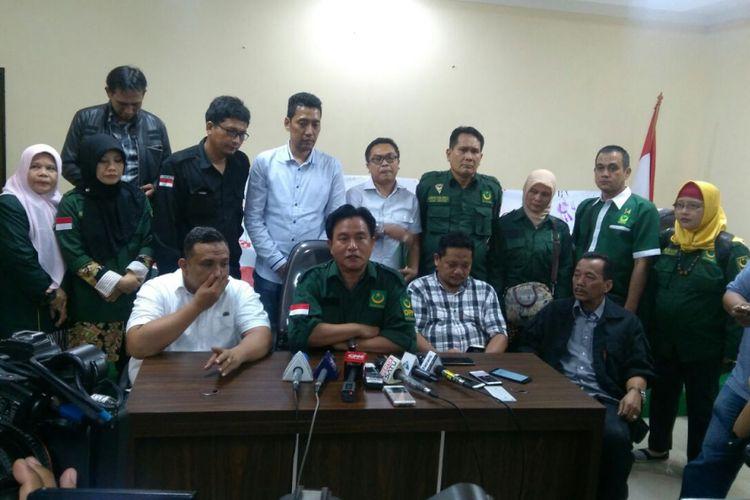 Ketua Umum Partai Bulan Bintang (PBB) Yusril Ihza Mahendra memasukkan gugatan sengketa penetapan partai politik peserta pemilu 2019 ke Badan Pengawas Pemilihan Umum RI (Bawaslu), di Jakarta, Senin (19/2/2018).