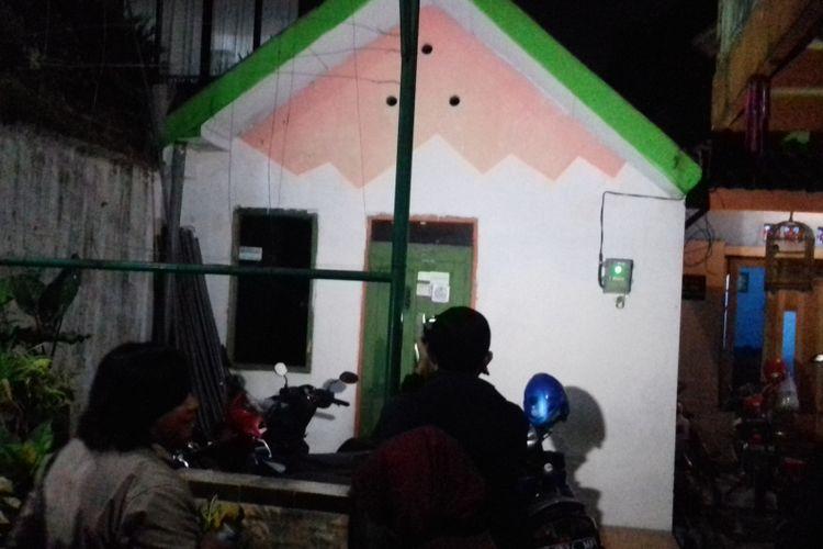 Suasana di kediaman ARH dan INM di Jalan Gading Pesantren Blok III nomor 1 RT 1 RW 6 Kelurahan Gading Kasri, Kecamatan Klojen, Kota Malang pascapenangkapan terduga teroris, Kamis (17/5/2018) malam.