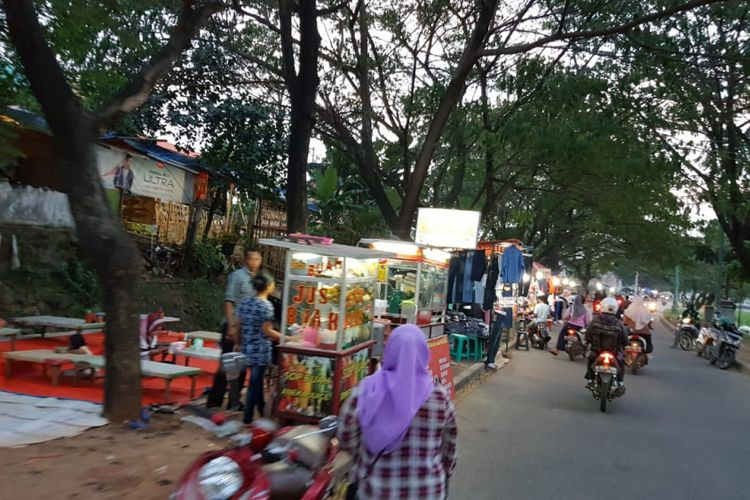 Suasana ngabuburit di pinggiran BKT, Jakarta Timur, Jumat (18/5/2018)