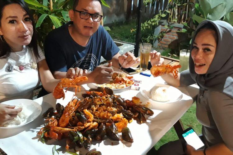 Wisatawan menikmati kuliner Seafood Beserak di Rumah Makan Dapur Perahu, Bengkulu.