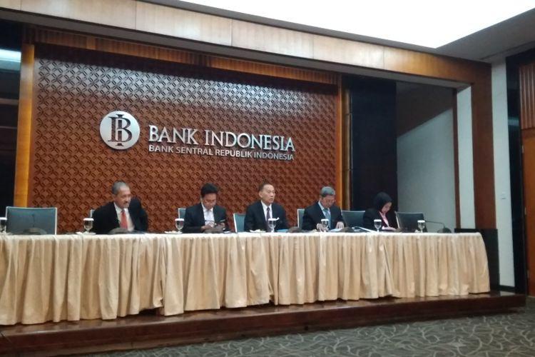 Jajaran Dewan Gubernur Bank Indonesia ketika memberikan konferensi pers terkait hasil Rapat Dewan Gubernur di Gedung Bank Indonesia, Kamis (17/5/2018).