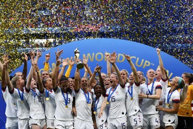 Para pemain timnas putri Amerika Serikat berselebrasi bersama trofi juara Piala Dunia Wanita 2019. Amerika Serikat juara setelah mengalahkan Belanda pada laga final di Stadion Lyon, Perancis, 8 Juli 2019.