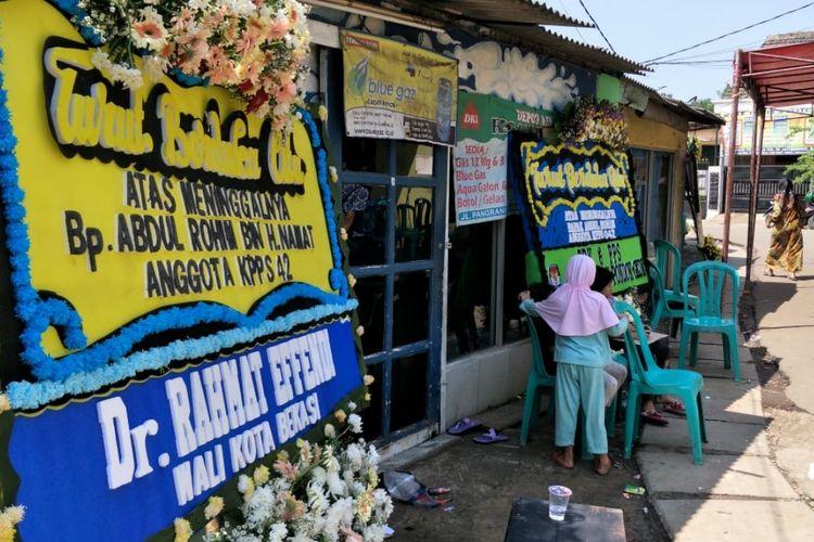 Karangan bungan bertebaran di kediaman Abdul Rohim (40), anggota KPPS TPS 042, Kelurahan Jatibening Baru, Kota Bekasi yang gugur karena ada faktor kelelahan, Kamis (25/4/2019).